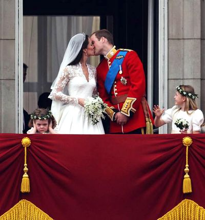 Ss-110429-wedding-getty image kiss