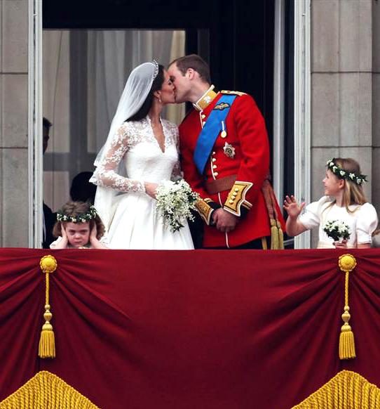 Ss-110429-wedding-getty image kiss