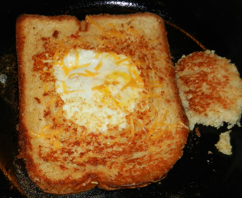 Egg-in-a-hole-pan-01